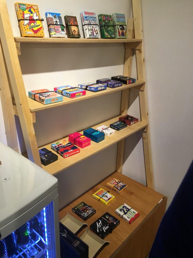 小箱系の棚。ダイス用のトレーもあります。