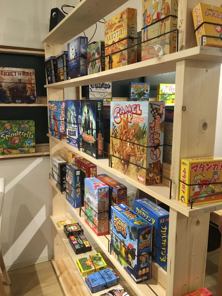 ドアを開けると、そこには大きな棚に並べられたボードゲームが。